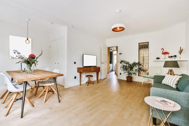 Interieur van ruime lichte flat met retro meubels in eet- en loungeruimtes