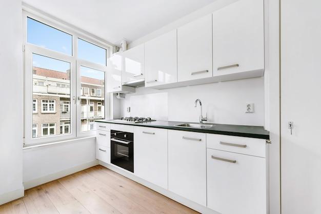 Interieur van ruime luxe keuken met moderne toestellen