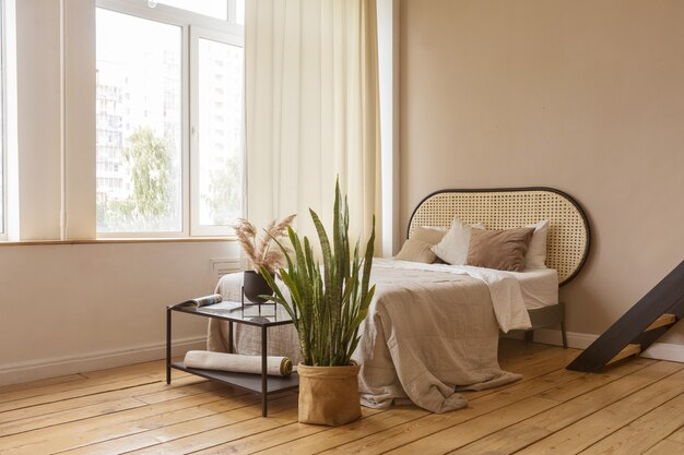 Interieur van ruime slaapkamer aan huis