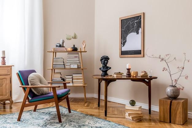 Interieur van stijlvolle bibliotheekkamer met retro fauteuil, houten tafel, boekenstandaard, boeken, kaart, vintage tapijt en elegante persoonlijke accessoires. beige muur. huisdecoratie..