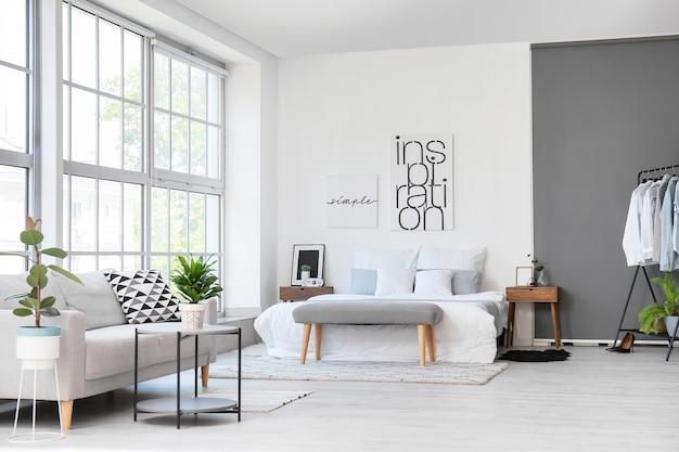 Interieur van stijlvolle slaapkamer met bank