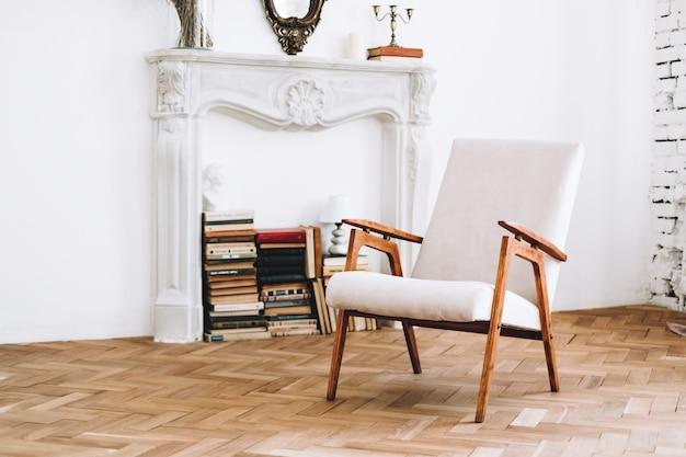 Interieur van stijlvolle woonkamer met vintage witte fauteuil Premium Foto
