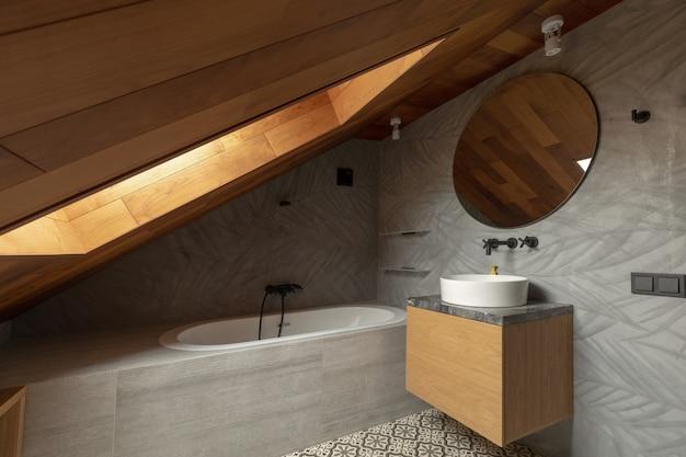 Interieur van stijlvolle zolder badkamer