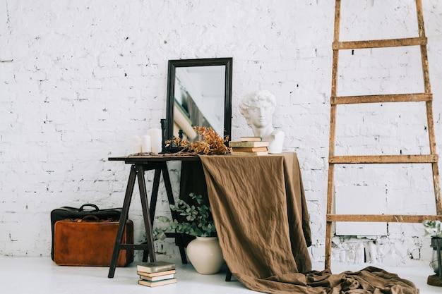 Interieur van witte woonkamer met houten tafel bruine stof