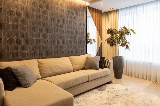 Interieur van woonkamer in neutrale aardetinten