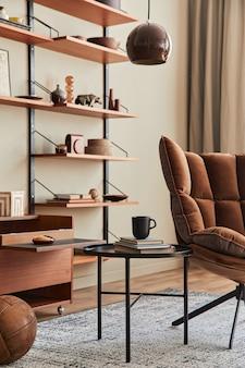 Interieur van woonkamer met bruine fauteuil, salontafel, houten plank, boek, fotolijst, decoratie en elegante persoonlijke accessoires in woondecoratie. sjabloon.