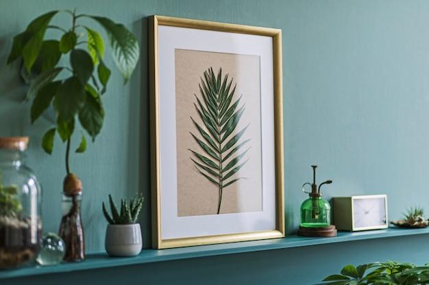 Interieur van woonkamer met fotolijst op de groene plank met planten in verschillende hipster potten, decoratie en elegante persoonlijke accessoires. thuis tuinieren.
