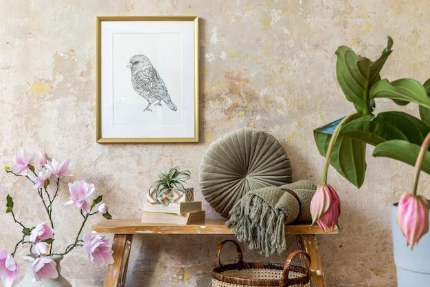 Interieur van woonkamer met fotolijst, planten, magnolia, kussen, houten bank, boeken, luchtplant en elegante persoonlijke accessoires in modern interieur.