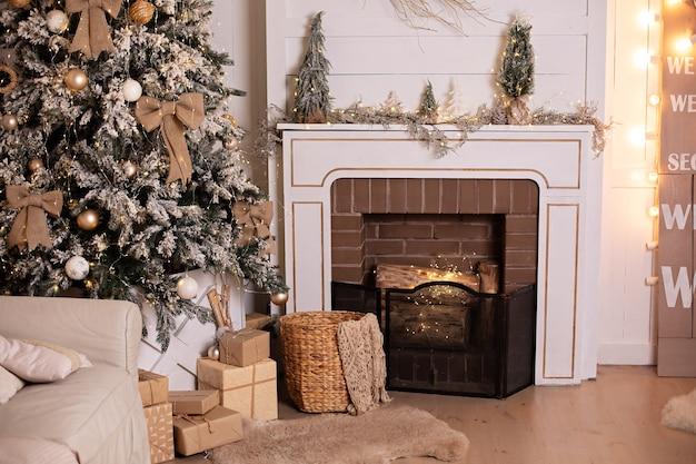 Interieur van woonkamer met ingerichte open haard op kerstavond en mand met plaid