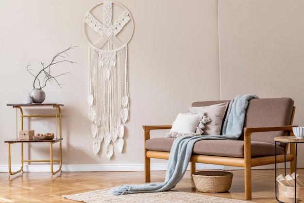 Interieur van woonkamer met stijlvolle bruine houten bank, macramé, boekenstandaard, lamp, salontafel, planten, decoratie en elegante accessoires. beige en japandi-concept. .