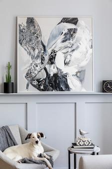 Interieur van woonkamer met stijlvolle fauteuil, plaid, zwarte klok, cactussen, marmeren kruk, moderne schilderijen, decoratie en mooie hond liggend op de fauteuil.