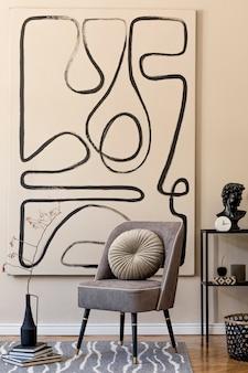 Interieur van woonkamer met stijlvolle grijze fauteuil, abstracte schilderijen aan de muur, bloemen in vaas, kussen, plaid en elegante persoonlijke accessoires. beige-concept. moderne woninginrichting.