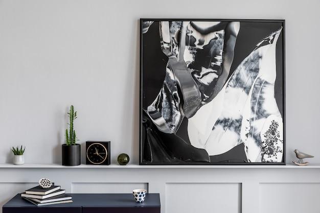 Interieur van woonkamer met stijlvolle marineblauwe commode, boek, zwarte klok, cactussen, moderne schilderijen, decoratie en elegante accessoires in woondecoratie.