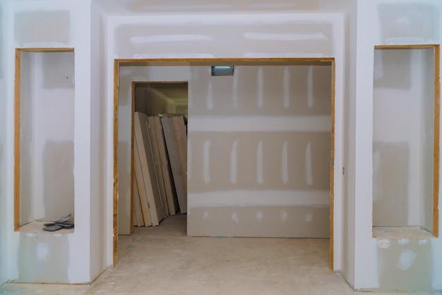 Interieurbouw van woningbouwproject met geïnstalleerde deur en lijstwerk