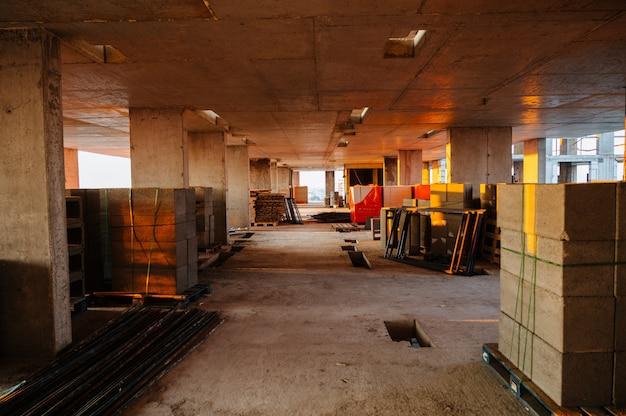 Interieurbouw van woningbouwproject met gipsplaten geïnstalleerd en gepatcht zonder aangebracht schilderen