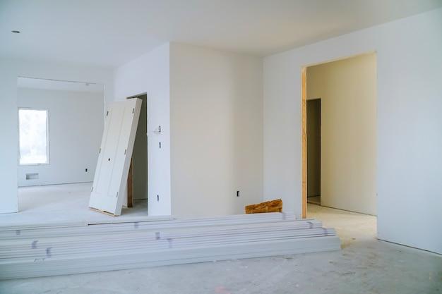 Interieurbouw van woonproject met geïnstalleerde deur en afgietsel