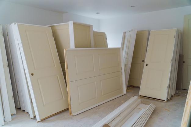 Interieurbouw van woonproject met gipsplaat geïnstalleerde deur voor een nieuw huis installeren