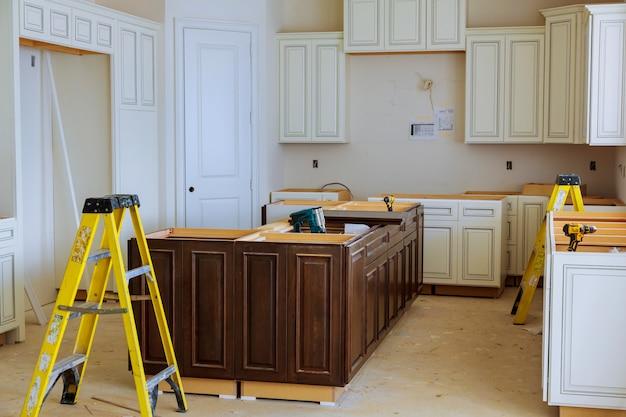 Interieurconstructie van een keuken met afzuigkap