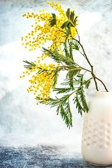 Interieurdecoratie met boeket van mimosa bloemen