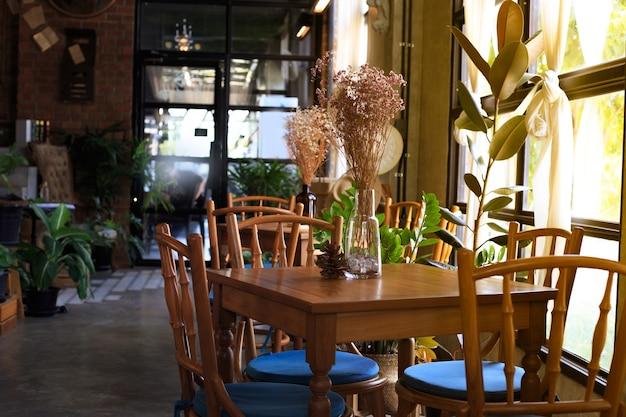 Interieurdecoratie, stoelen en tafels in restaurants, cafés