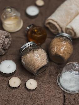 Interieurelementen voor comfort in een schoonheidsstudio. een aangename sfeer in de massageruimte. kuuroordachtergrond. kaarsen, mooi opgevouwen handdoeken, potjes met materiaal voor procedures