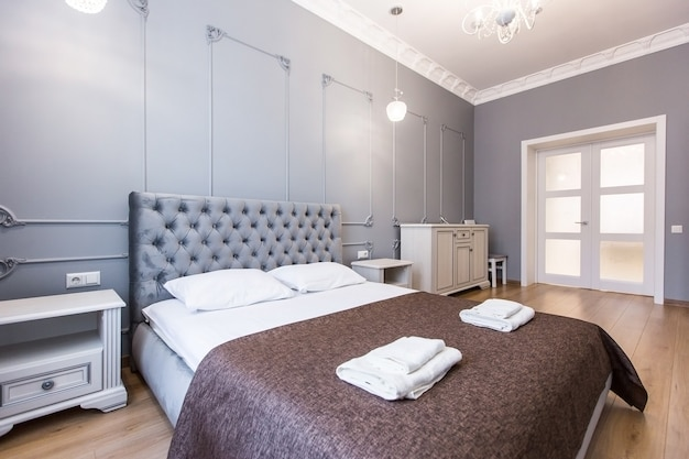 Interieurfoto's van de slaapkamer, groot bed, in het wit