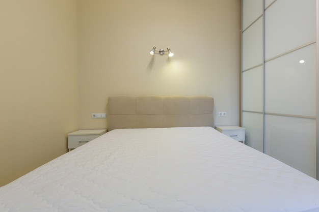 Interieurfoto van een grote slaapkamer met een groot bed en een kledingkast
