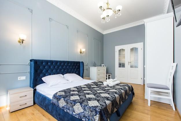 Interieurfoto van een slaapkamer kamer met een groot bed in een moderne stijl