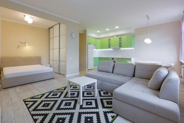 Interieurfotografie grote studiokamer met groene moderne keuken