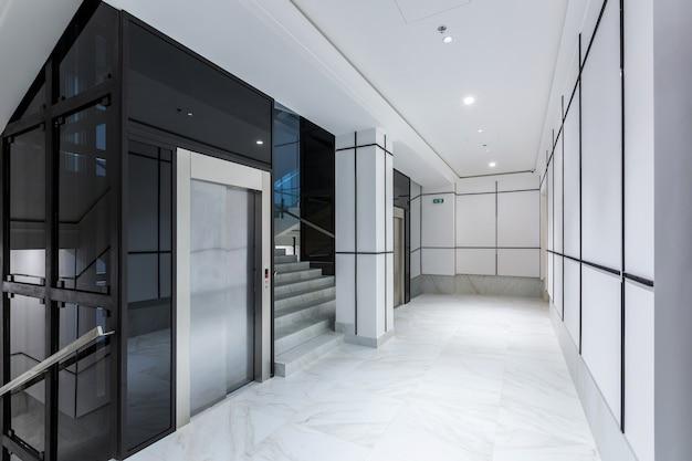 Interieurfotografie hedendaagse gang hal zakencentrum in witte tegels met marmer