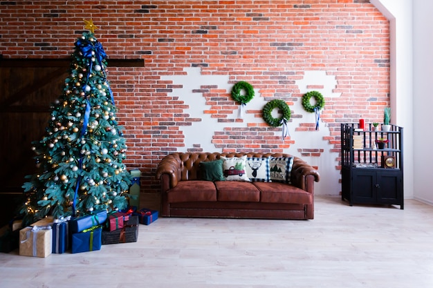 Interieurfotografie, kamer met kerstdecor, kerstboom en meubels