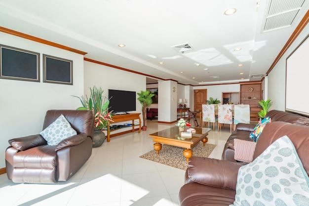 Interieurontwerp in woonkamer met houten eettafel