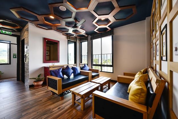Interieurontwerp moderne woonkamer met een bank en meubels van een nieuw huis