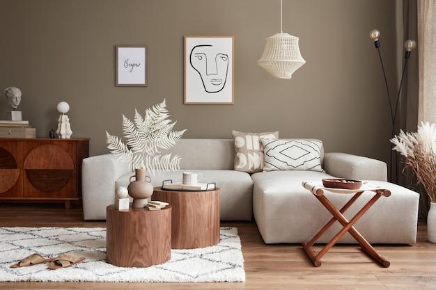 Interieurontwerp van een stijlvolle woonkamer met moderne neutrale bankmeubels frames gedroogde bloemen salontafels decoratie en elegante persoonlijke accessoires in woondecoratie
