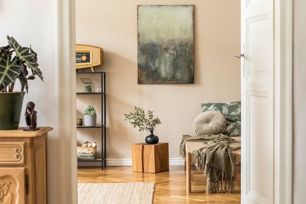 Interieurontwerp van een woonkamer in koreaanse stijl met moderne chaise longue, commode, plank, houten kubus, retro-radio, planten en elegante persoonlijke accessoires. schilderijen op de beige muur.