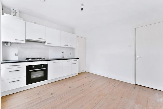 Interieurontwerp van elegante keuken met moderne apparatuur