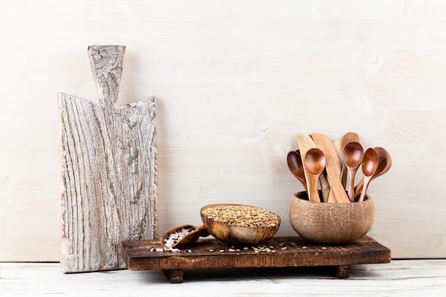 Interieurontwerp van grijze keukenmuur met koperen apparatuur en snijplank