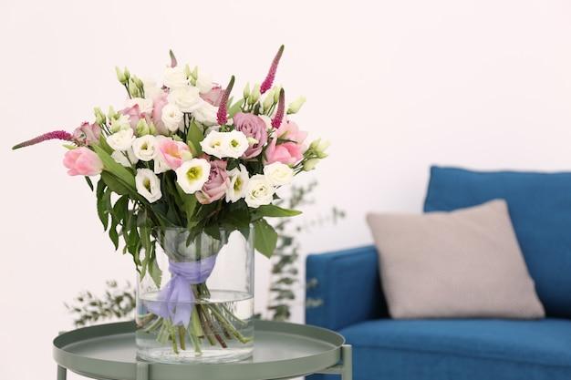 Interieurontwerp van kamer met prachtige bloemen