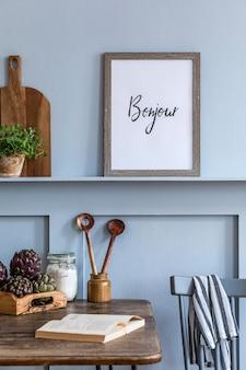 Interieurontwerp van keukenruimte met fotolijst, houten tafel, kruiden, groenten, fruit, eten en keukenaccessoires in modern interieur.