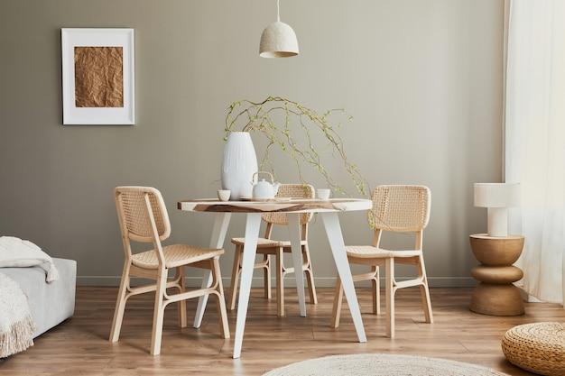 Interieurontwerp van stijlvol eetkamerinterieur met familie houten en epoxy tafel, rotan stoelen, bloemen in vaas en theepot met kopjes. details. sjabloon.