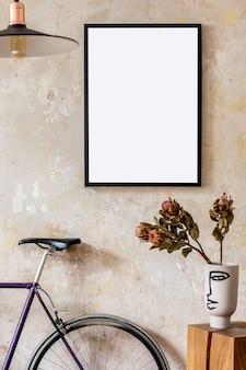 Interieurontwerp van woonkamer met zwart posterframe, fiets en elegante persoonlijke accessoires. grunge wabi sabi muur. stijlvol hipster interieur.