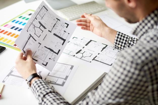Interieurontwerper geconcentreerd op het werk