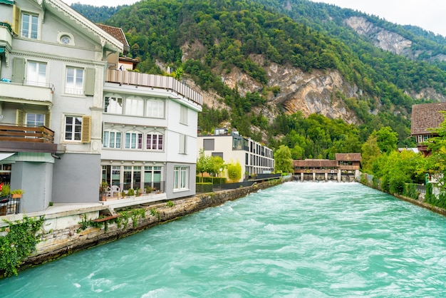 Interlaken stad met thunersee rivier, zwitserland