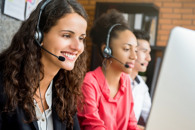 Internationaal call centreteam dat op het kantoor werkt