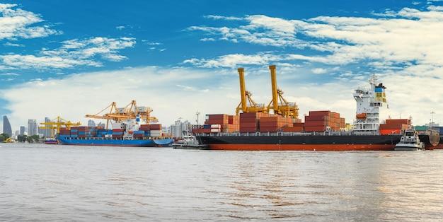 Internationaal containervrachtschip met werkende kraanbrug in scheepswerf