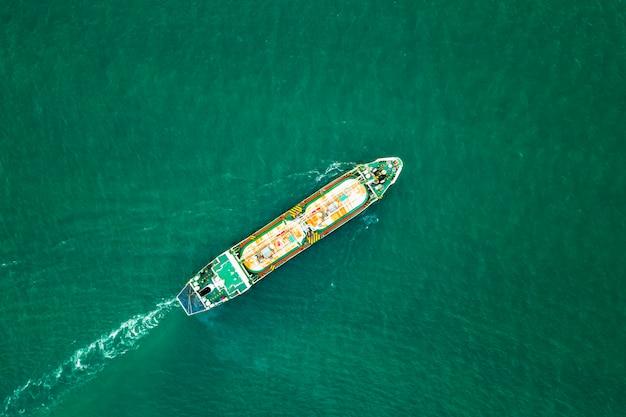 Internationaal olie- en petrochemisch transportschip aan zee