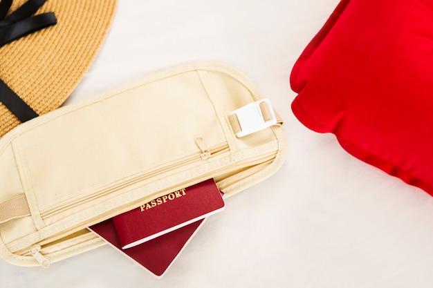 Internationaal paspoort en opblaasbaar vliegtuigkussen, accessoires voor vliegtuigvluchten