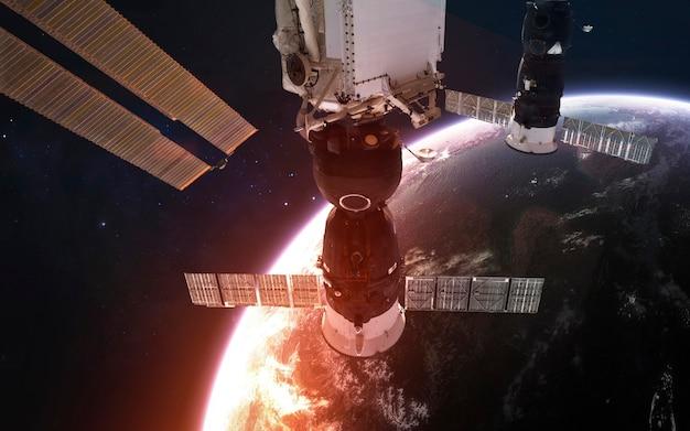 Internationaal ruimtestation in een baan om de prachtige planeet aarde. elementen van deze afbeelding geleverd door nasa