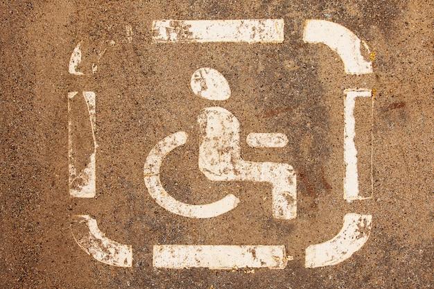 Internationaal symbool van mensen met een handicap, wegmarkeringen.