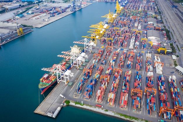 Internationaal vrachtdienststation door groot schip